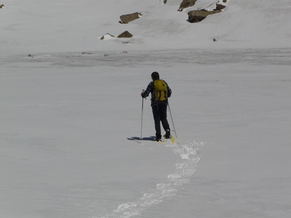 j-ouvre-un-cheminement-sur-lac-en-raquettes-au-clot-d-aygues-cluses