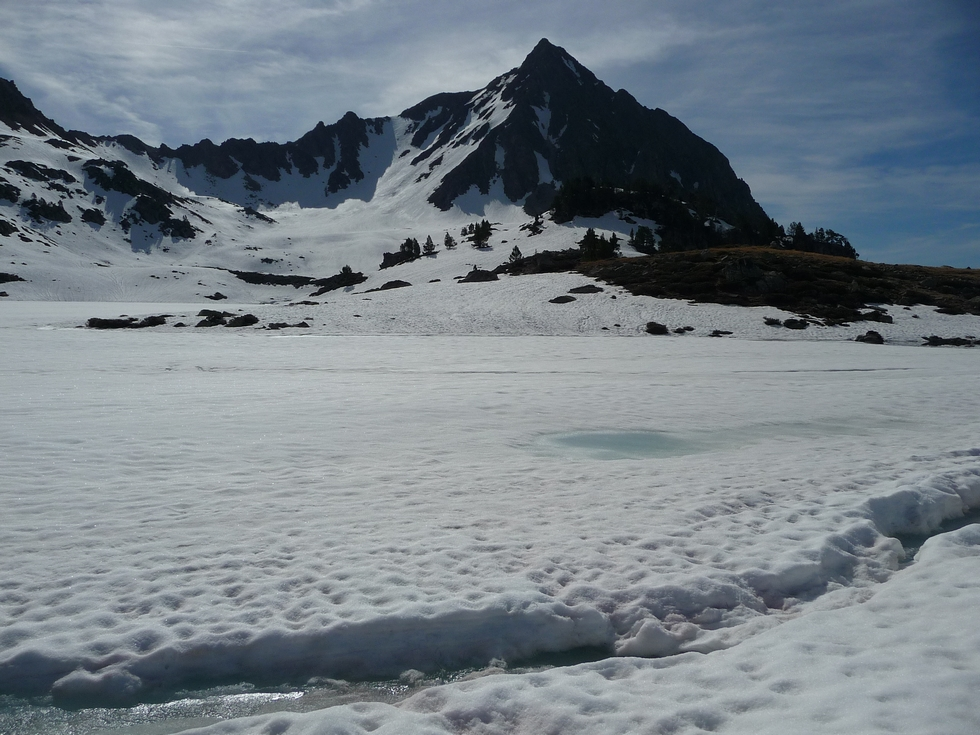 il-y-a-encore-bonne-quantite-neige-et-glace-au-lac-port-bielh-canards-sauvages-raquettes-et-canicule