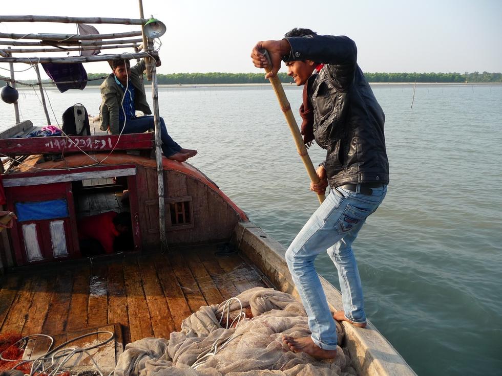 quelques-milles-plus-loin-ruman-aide-a-manoeuvre-pour-desensabler-bateau-bangladesh-second-travel-5