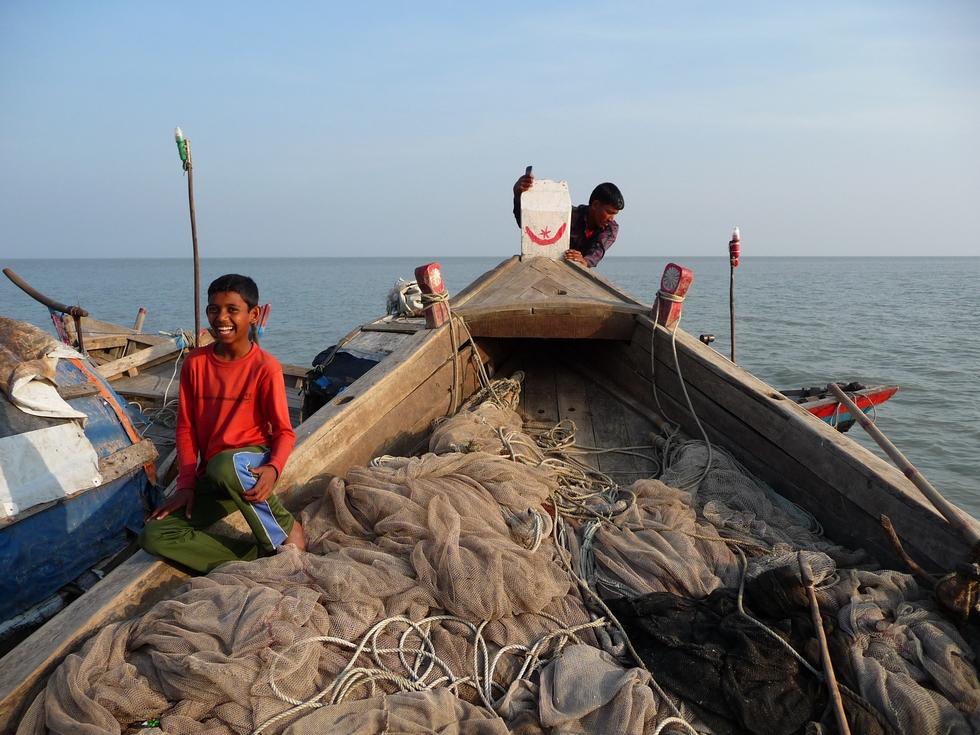 presque-panne-seche-nous-nous-servons-sur-bateau-au-mouillage-bangladesh-second-travel-5