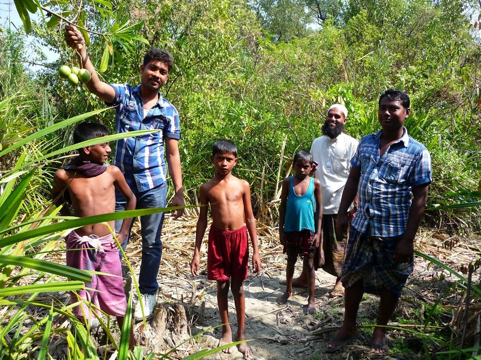 rubel-a-gauche-lors-sortie-avec-tuhin-elias-et-trois-enfants-bangladesh-second-travel-7