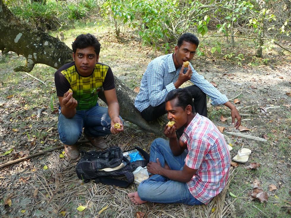 durant-viree-en-foret-pause-casse-croute-avec-rubel-rezaul-et-sohel-bangladesh-second-travel-7