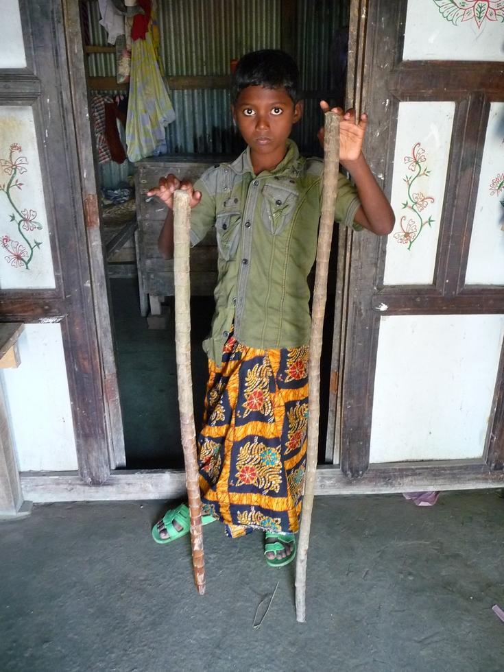 a-maison-chomapto-tient-deux-batons-ramenes-par-nous-bangladesh-second-travel-7