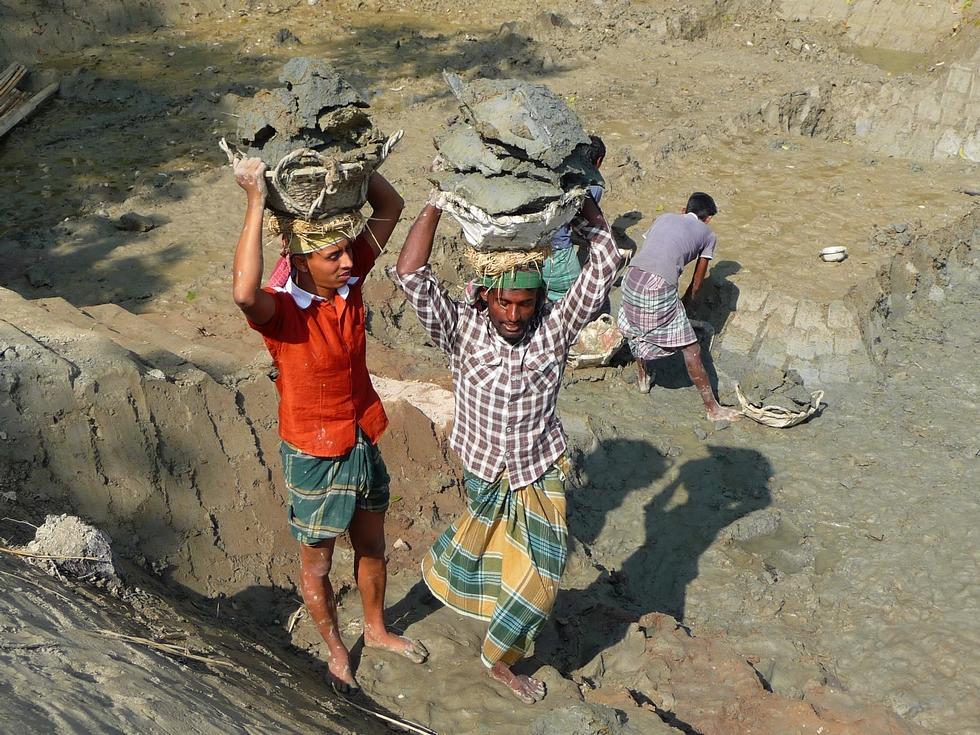 maynuddin-s-engage-devant-reyaz-sol-glissant-bangladesh-second-travel-10