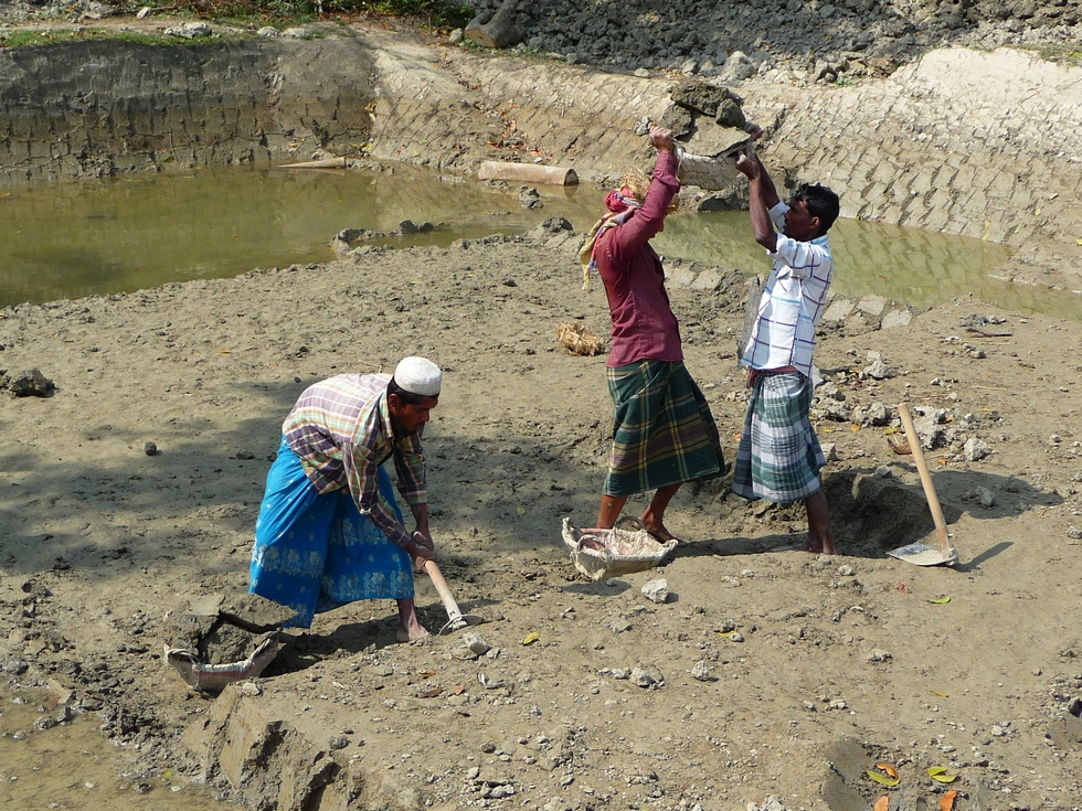 tandis-que-jaydul-creuse-avec-houe-nizam-a-droite-aide-reyaz-a-se-charger-bangladesh-second-travel-10