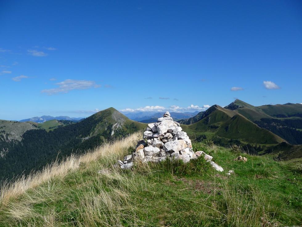 cairn-au-sommet-mountarrouye-une-boucle-pas-trop-longue-et-toujours-magnifique-au-dessus-ardengost