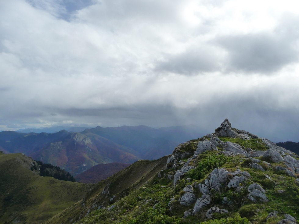 meme-cairn-vu-plus-loin-entre-vent-et-nuages-mise-en-jambes-esthetique-au-signal-bassia