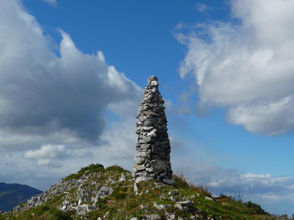 cairn-crete-sommitale-entre-vent-et-nuages-mise-en-jambes-esthetique-au-signal-bassia