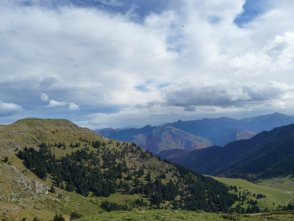 point-dans-ciel-vautour-col-beyrede-a-droite-entre-vent-et-nuages-mise-en-jambes-esthetique-au-signal-bassia