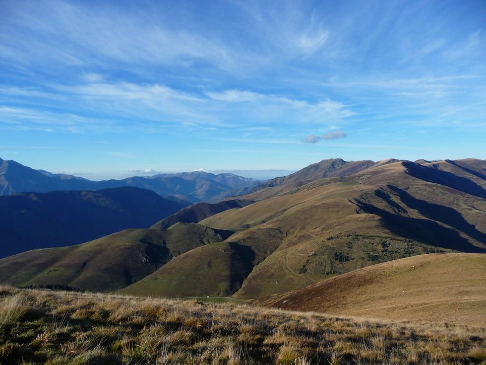 versant-louron-route-col-peyresourde-se-devine-dans-creux-courte-viree-cap-de-pene-de-soulit