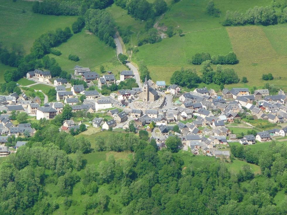 village-azet-cliche-pris-depuis-secteur-ens-pic-lumiere-pla-d-adet-toponymie-vallee-aure-2
