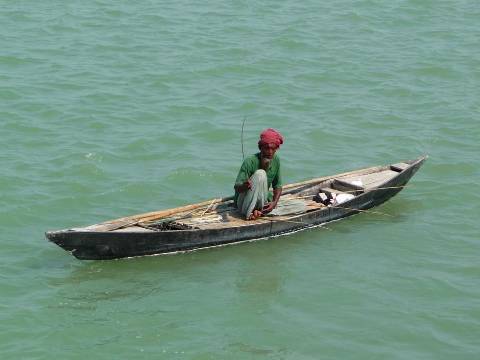 peche-traditionnelle-en-riviere-depuis-embarcation-et-avec-plusieurs-lignes-bangladesh-second-travel-12