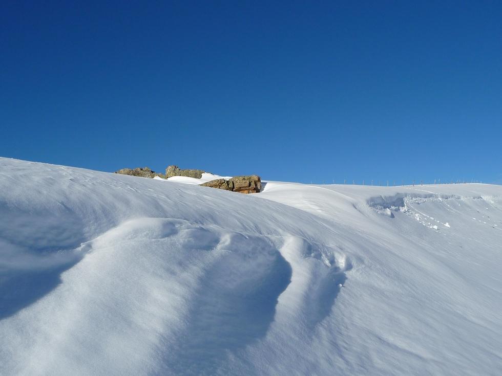 des-amas-belle-neige-par-endroits-sommet-aigle-et-sommet-pouyaue-on-rechausse-raquettes