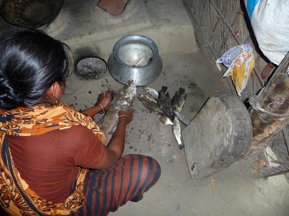 kanok-prepare-poissons-pour-repas-bangladesh-second-travel-12