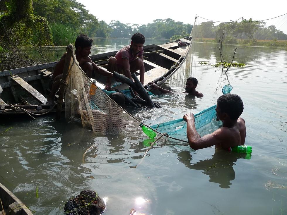 les-pecheurs-plongent-recuperent-bois-et-ramenent-a-surface-bangladesh-second-travel-13