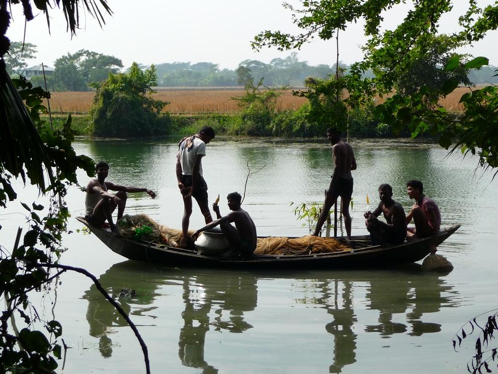 la-peche-pas-ete-tres-bonne-equipe-vient-nous-rejoindre-a-terre-bangladesh-second-travel-13