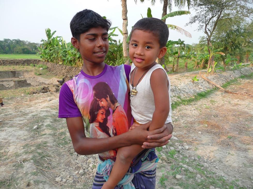 adnan-dans-bras-hassan-mon-troisieme-voyage-au-bangladesh