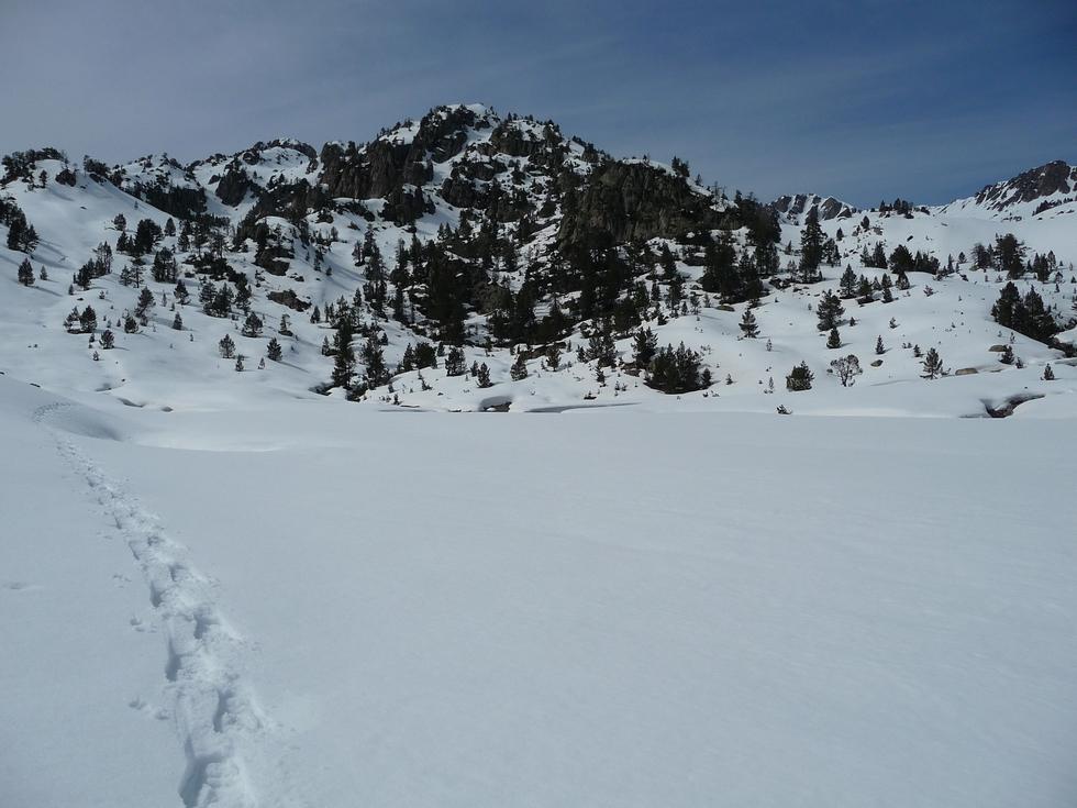 je-suis-arrive-au-lac-vert-qui-est-encore-bien-blanc-estibere-et-gourguet-2