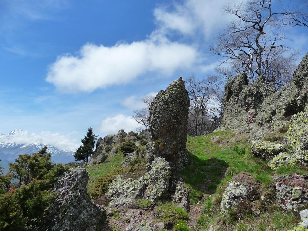 cheminement-sympa-au-milieu-rochers-balade-monne-rouye