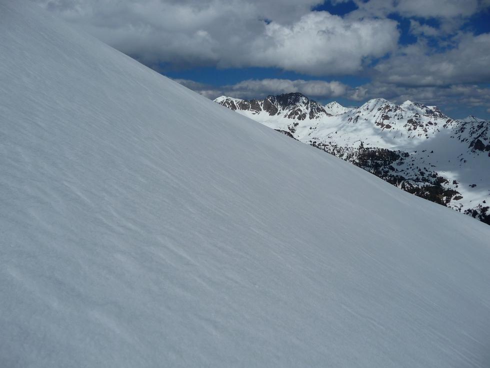 coup-oeil-a-droite-la-neige-est-correcte-mi-avril-au-monpelat-1