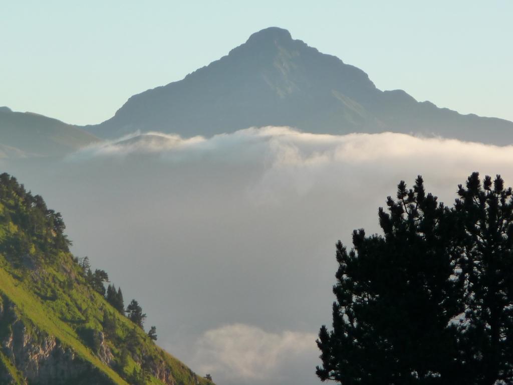 tuc-pic-mauberme-entrevu-matin-depuis-val-arties-montagnes-pyrenees
