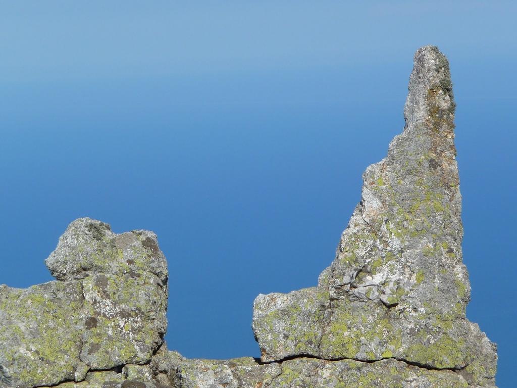 detail-rocheux-puig-sallfort-en-balcon-au-dessus-grande-bleue