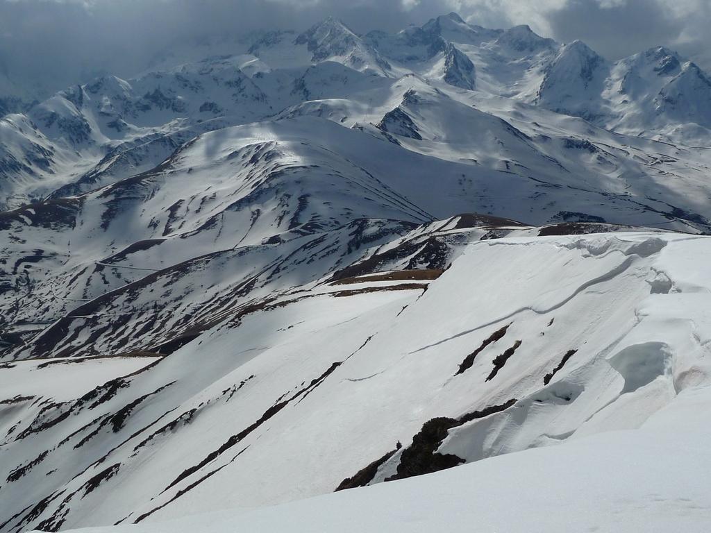 depuis-sommet-pouyaue-au-fond-massif-hourgade-trois-sorties-raquettes-de-la-semaine-3-sommet-pouyaue