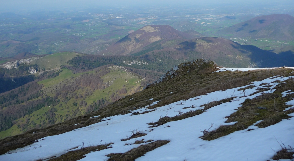 contreforts-pyreneens-baronnies-entree-vallee-aure-gentianes-et-bandes-de-neige-au-signal-de-bassia