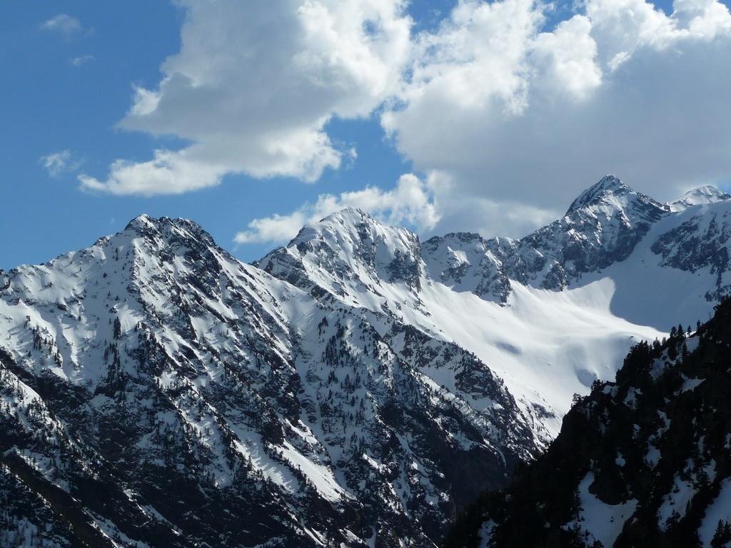 hauts-vallon-baricave-rioumajou-en-rando-du-cote-de-la-montagne-aret