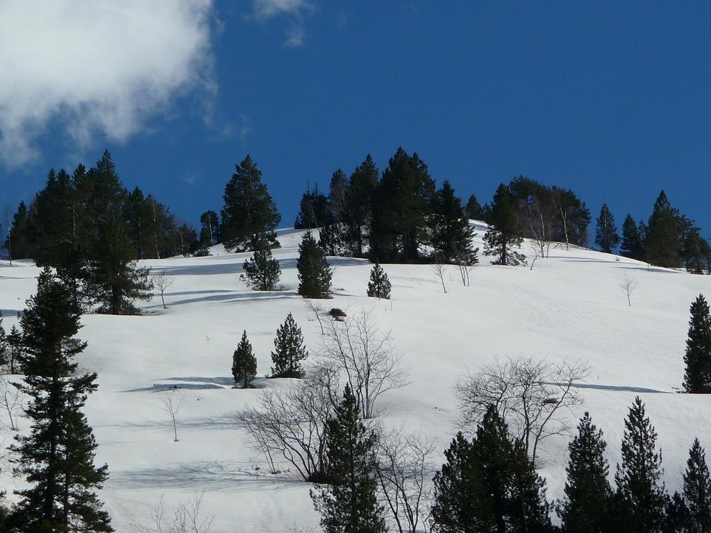 dernier-coup-oeil-vers-terrain-jeu-rioumajou-en-rando-du-cote-de-la-montagne-aret