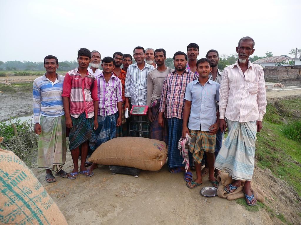 ce-sac-riz-represente-centaines-heures-travail-bangladesh-est-un-des-premiers-pays-producteurs-riz-riz-au-bangladesh-aspects-vie-quotidienne-1