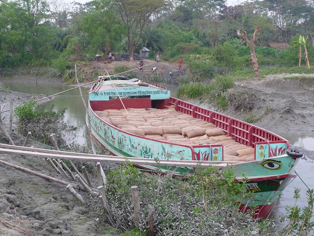 chargement-sur-bateau-au-port-fluvial-du-bourg-riz-au-bangladesh-aspects-vie-quotidienne-1