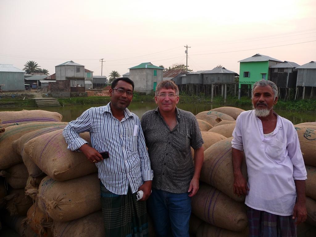a-ma-droite-johir-manager-a-ma-gauche-salam-riz-au-bangladesh-aspects-vie-quotidienne-1