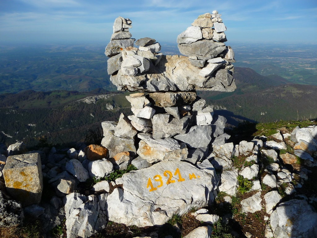 cairn-original-au-sommet-signal-bassia-par-pas-bassia