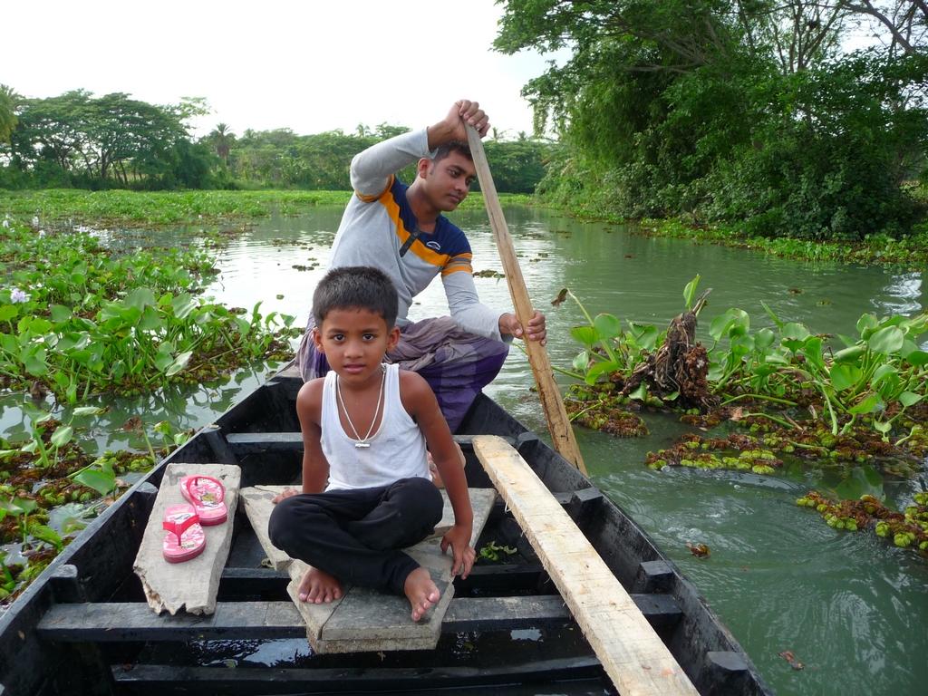 rubel-et-adnan-lors-deplacement-en-barque-sur-une-riviere-un-nouveau-voyage-chez-mes-amis-bangladesh