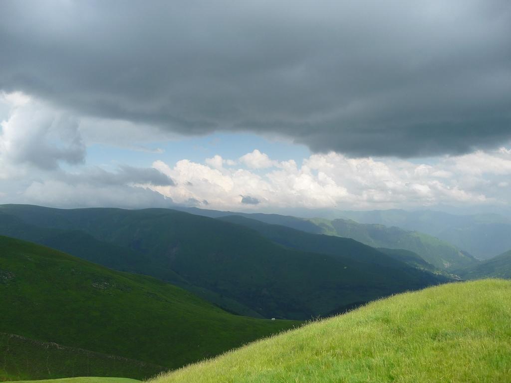 un-ciel-pesant-avance-au-dessus-vallee-larboust-cap-hount-nere