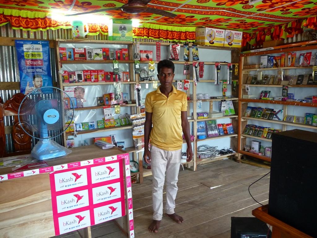 jeune-jamal-aide-rubel-tenir-magasin-afik-electronics