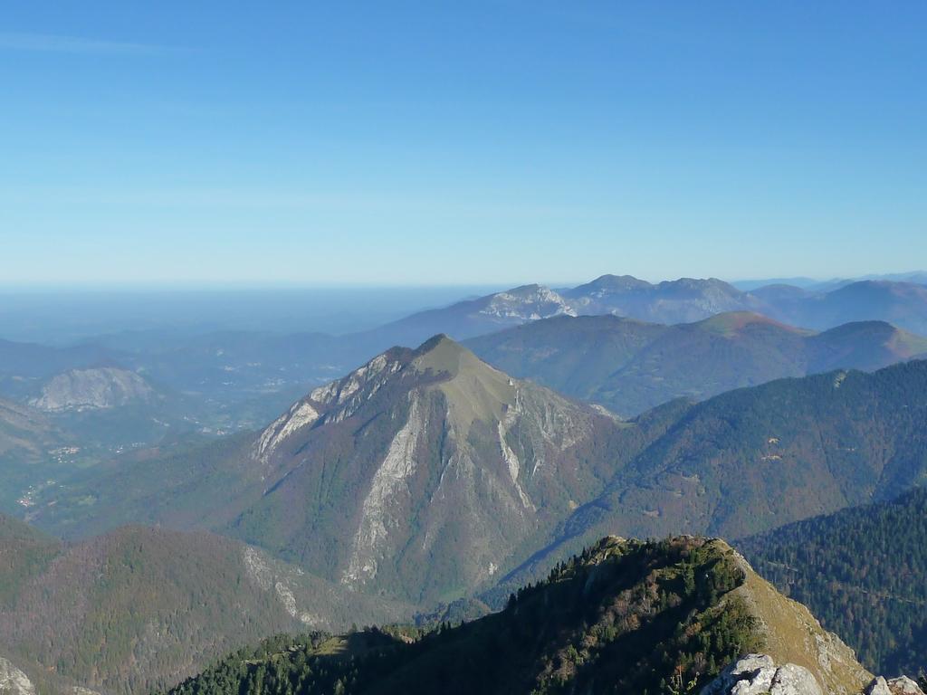 versant-barousse-au-centre-pic-mont-las-horizons-bleus-depuis-le-pic-areng