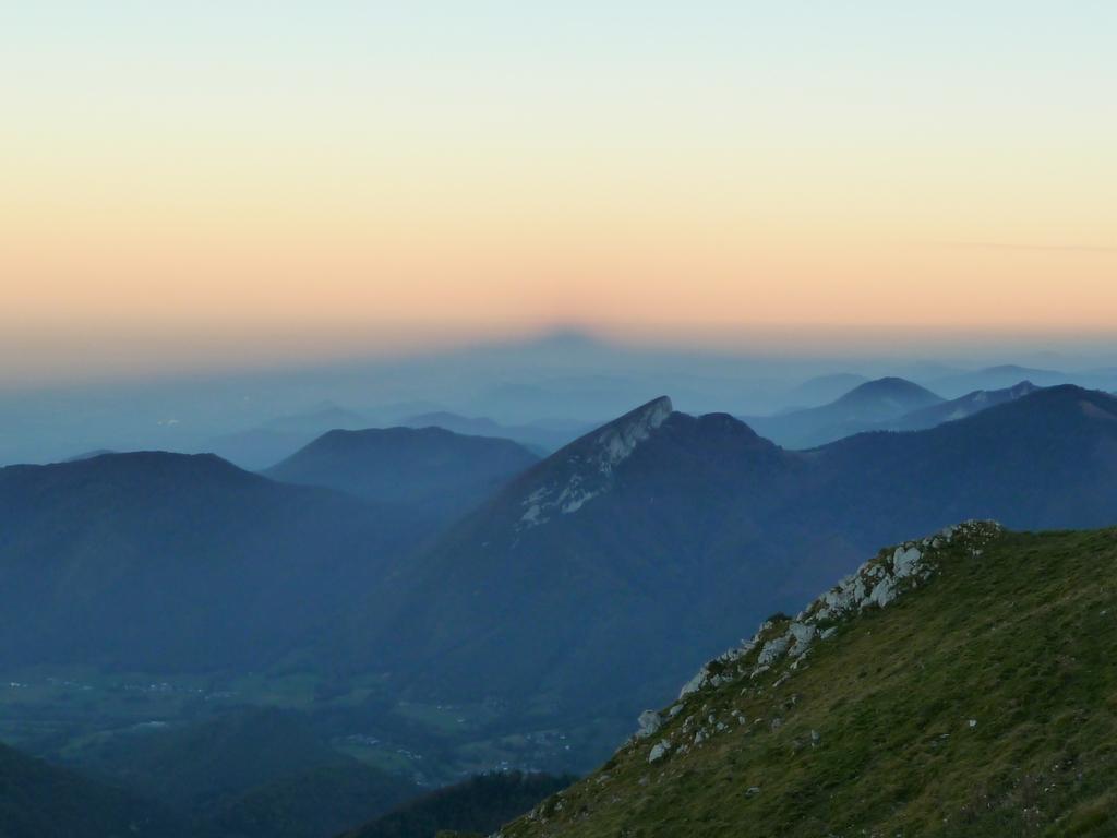 a-quelle-montagne-appartient-jeu-ombre-au-dessus-plaine-au-signal-de-bassia-a-la-tombee-du-jour