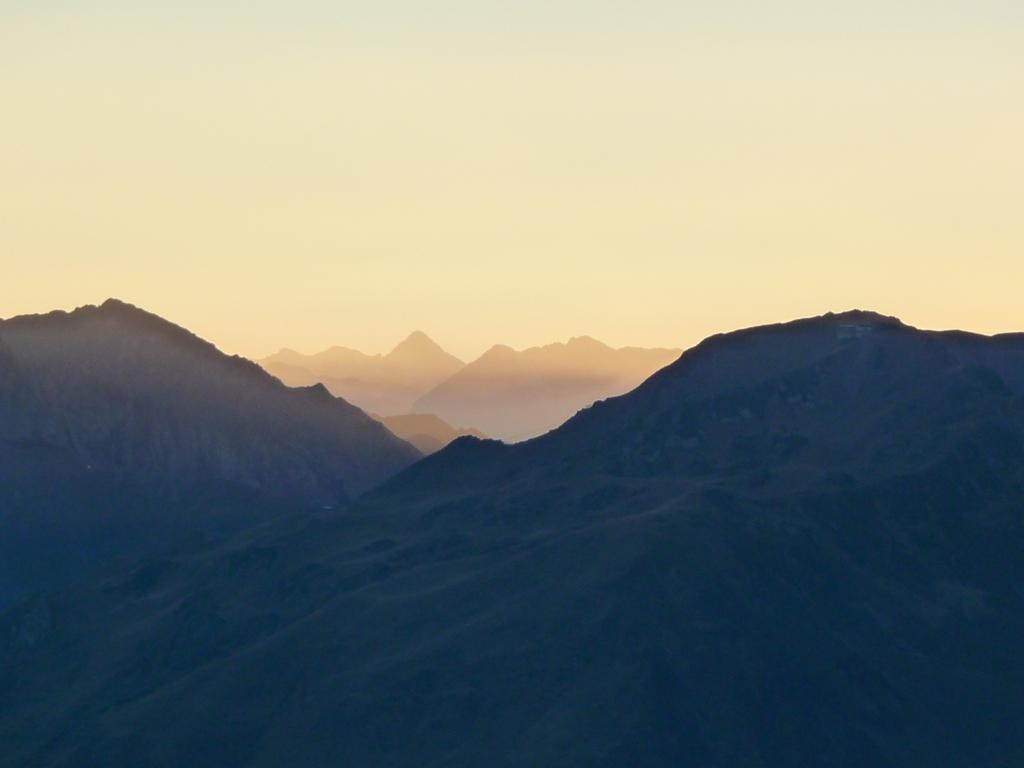 montagnes-pays-toy-par-dela-col-tourmalet-au-signal-de-bassia-a-la-tombee-du-jour