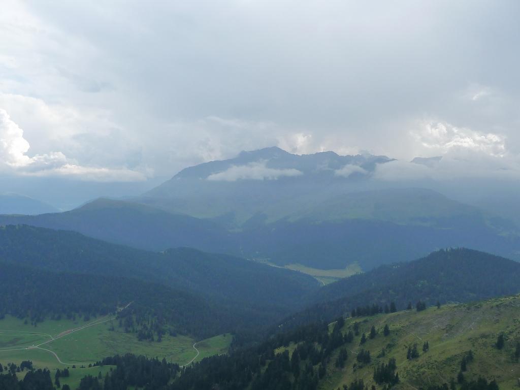 il-fait-terne-vers-arbizon-des-nuages-et-des-monts-signal-de-bassia-en-septembre