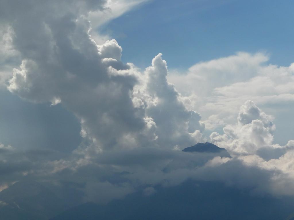 pic-midi-bigorre-emerge-masse-nuageuse-des-nuages-et-des-monts-signal-de-bassia-en-septembre