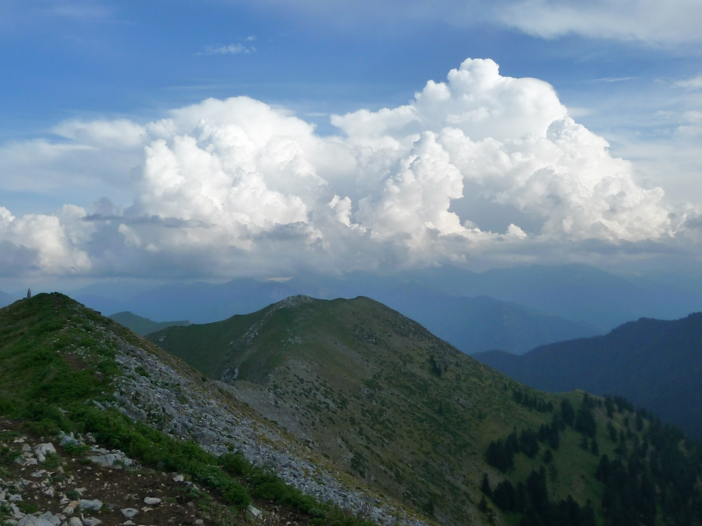 sur-crete-sommet-des-nuages-et-des-monts-signal-de-bassia-en-septembre