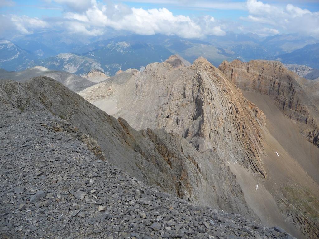 une-vue-depuis-cime-cotiella-sur-les-hauteurs-desertiques-du-cotiella-2