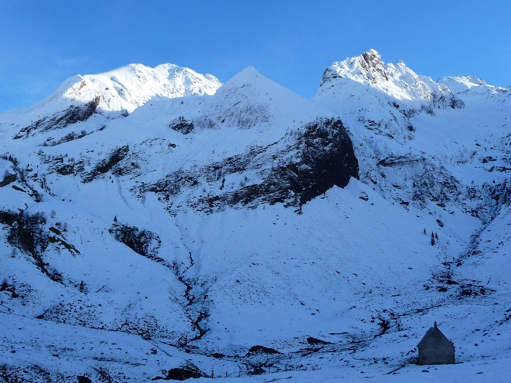 cabane-se-trouve-1620-metres-altitude-neige-de-la-toussaint-a-ourtiga