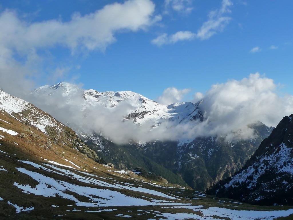 montagne-salcorz-se-situe-en-face-port-vieux-versant-espagnol