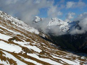 plus-haut-dans-pente-ou-alternent-bandes-herbe-et-neige-port-vieux-versant-espagnol