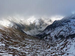 vue-du-dessus-vallee-pinara-curieux-aspect-zebre-port-vieux-versant-espagnol