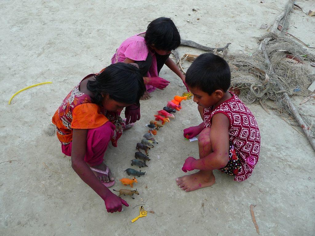 occasion-fete-enfants-badigeonne-mains-avec-peinture-jeux-enfants