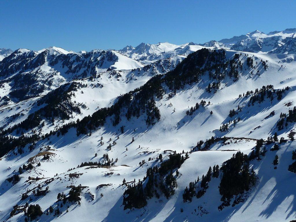 combes-aranaises-bien-orientees-chargees-neige--sur-crete-frontaliere-pic-aubas-pic-arres